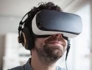homme-avec-casque-audio-et-casque-de-realite-virtuelle_5617405